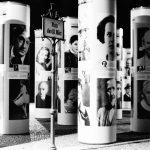 Zerstörte Vielfalt in Berlin, 2013. Die Installation der Litfaßsäulen greift die Schicksale von Kulturschaffenden und Politikern unter dem Nationalsozialismus auf.